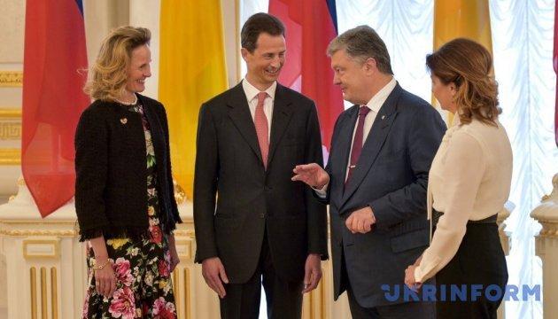 Порошенко подарував принцу Ліхтенштейну україномовний переклад книги його батька