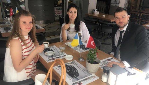 Українців у турецькому Ізмірі безкоштовно пригощають кавою