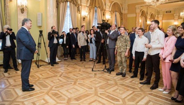 Порошенко подякував військовим журналістам за висвітлення подвигів героїв
