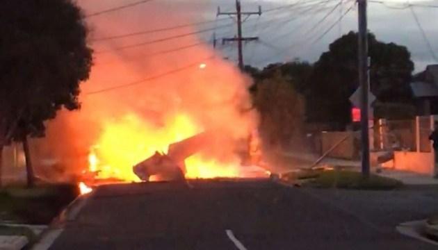 В Австралии самолет упал на городскую улицу
