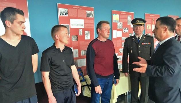 Полторак навестил бойцов ВСУ в военном госпитале в Бельгии