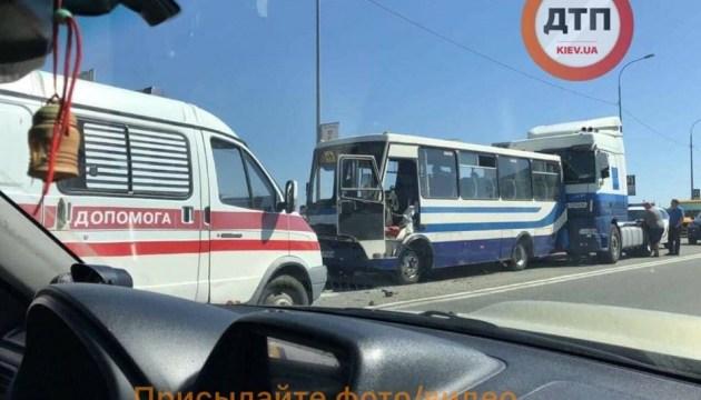 Под Киевом столкнулись автобус и два грузовика, есть пострадавшие