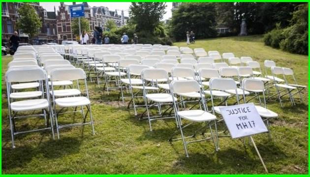 Stiller Protest von Angehörigen der MH17-Opfer: Leere Stühle vor russischer Botschaft - Fotos