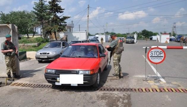 В пункте пропуска на Донбассе женщина нарочно наехала на пограничника