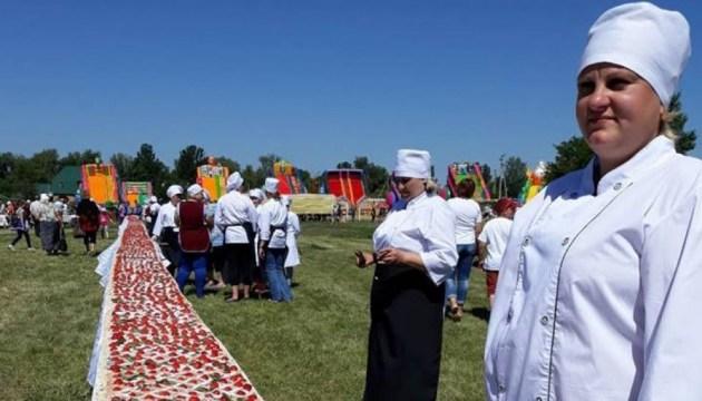 На Сумщині спекли найбільший в Україні полуничний пиріг