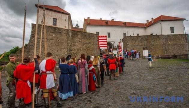 На середньовічному весіллі штурмуватимуть замок