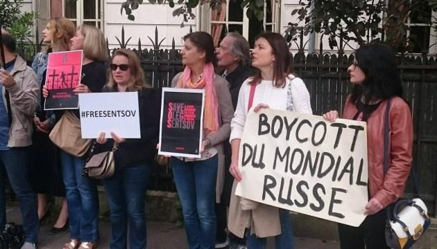 Українці у Парижі закликали бойкотувати ЧС-2018 та звільнити політв'язнів Кремля
