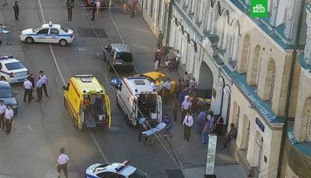В центре Москвы таксист въехал в толпу, травмировав восемь человек