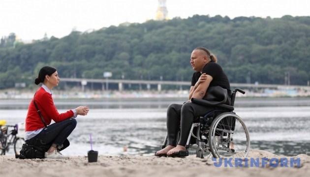 Украинский спортсмен-колясочник перед заплывом через Босфор потренировался на Днепре