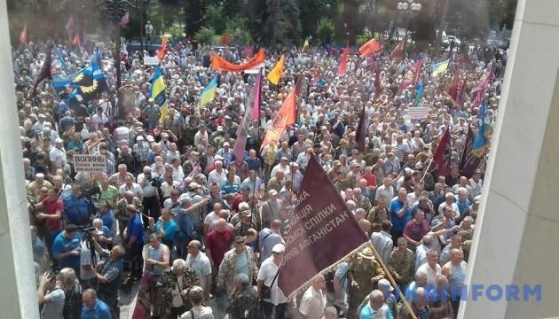 Столкновение под Радой: митингующие прорвали полицейский кордон