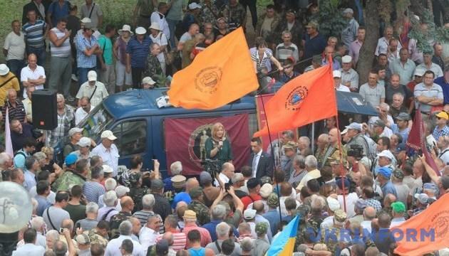Геращенко вышла к протестующим под Радой