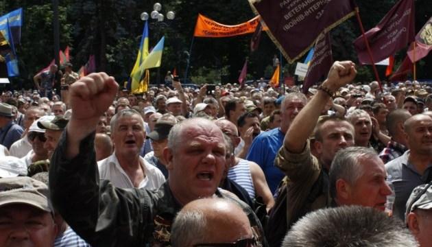 Под Радой осталось с полсотни протестующих