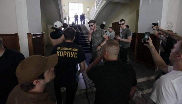 В Харькове бьют окна в мэрии, Кернесу блокируют выезд, депутата бросили в мусорный бак