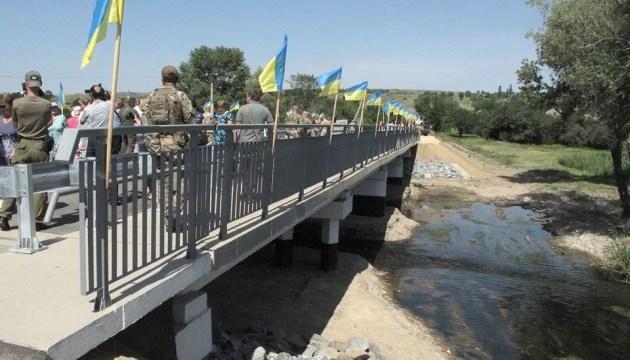 В Троицком открыли восстановленный военными мост