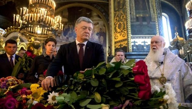 Порошенко и Гройсман пришли проститься с Иваном Драчом