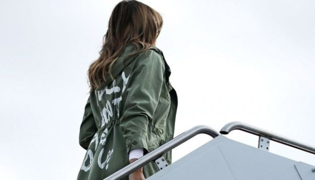 Самолет Мелании Трамп срочно сел из-за задымления