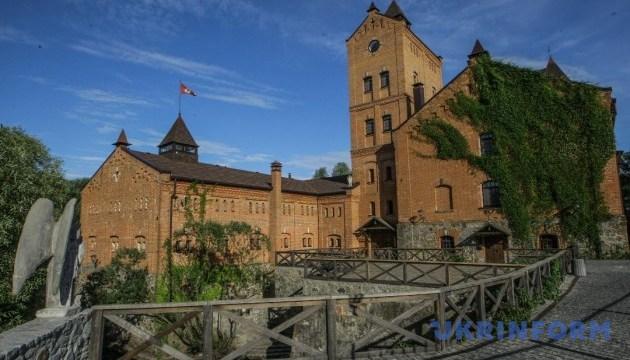 У замку