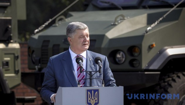 Poroshenko congratulates combat signalers on their holiday