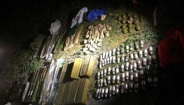 Під Києвом знайшли схрон із двома десятками гранатометів і мінами