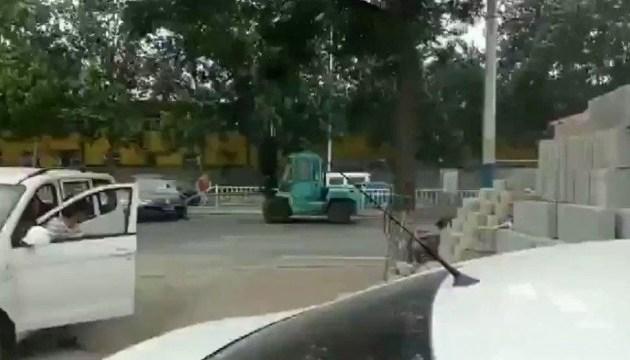 У Китаї автонавантажувач в'їхав у натовп, є загиблий