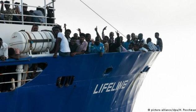 Премьер Испании ответил, впустит ли его страна корабль с мигрантами