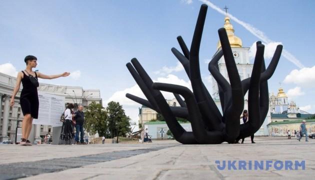 Ко дню против пыток в Киеве установили подвижные щупальца