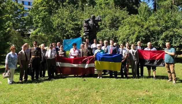 В Риге ко Дню Конституции Украины активистам вручили знаки отличия Президента