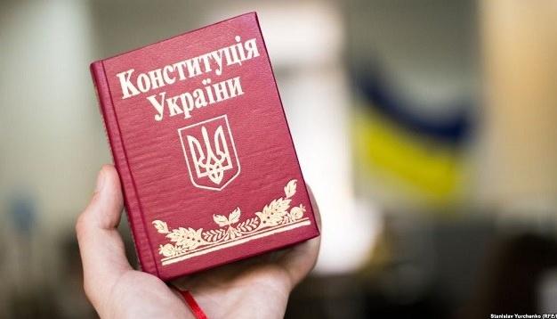 Парубій і Гройсман привітали українців з Днем Конституції
