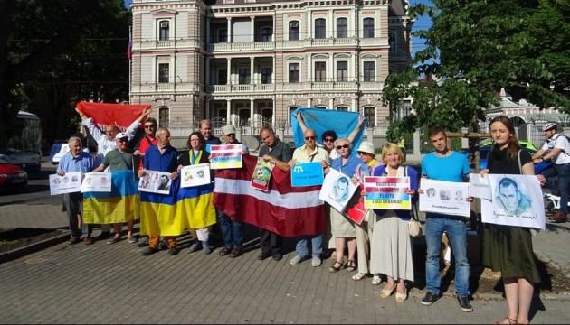 У Ризі пройшло щотижневе пікетування посольства РФ
