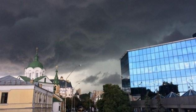 На Київ насуваються грози та шквали