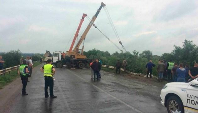 Возле Черновцов перевернулся бетоновоз, водитель погиб