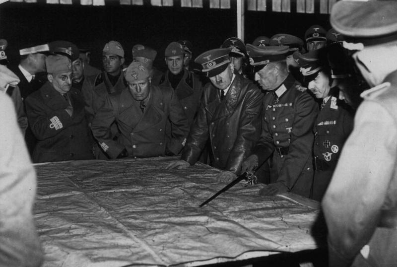 Адольф Гитлер и Бенито Муссолини (Benito Amilcare Andrea Mussolini, 1883—1945) со своими офицерами у карты в Умани.  Фото: waralbum