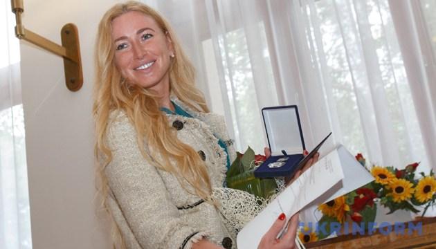 Ірину Галай, яка підкорила Еверест і стала першою українкою, що побувала на найвищій горі світу - нагородили нагрудним знаком «За розвиток Закарпаття». Ужгород, 14 червня 2016 року