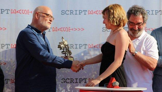 Український режисер Марися Нікітюк отримує нагороду під час Каннського кінофестивалю. Фото: twitter