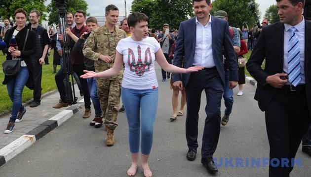 Звільнена Надія Савченко у Міжнародному аеропорту «Бориспіль». Київська область, 25 травня 2016 року