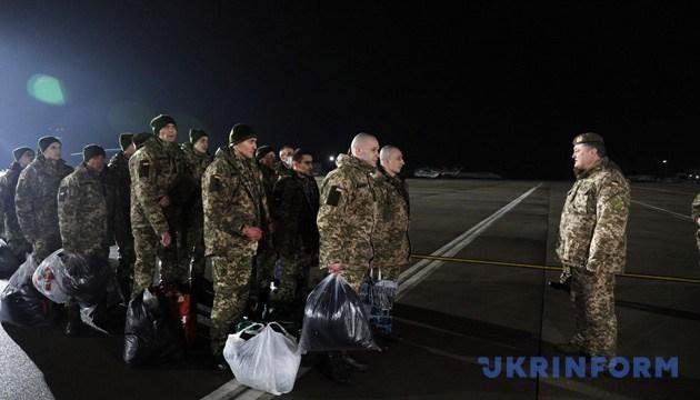 Президент України, Верховний Головнокомандувач Збройних сил України Петро Порошенко (праворуч) під час зустрічі звільнених із полону так званих