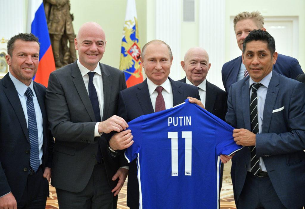 Президент РФ Володимир Путін та президент ФІФА Джанні Інфантіно (ліворуч від Путіна)