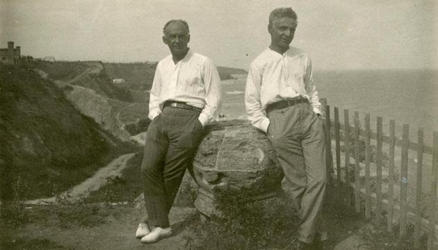 Лесь Курбас (праворуч) і головний художник театру «Березіль» Вадим Меллер в Одесі, 1928 рік.