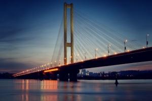 На столичном Южном мосту временно ограничат движение транспорта