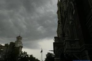 В Україні за кілька годин очікують грози — які області «накриє»