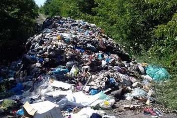 На Рівненщині неподалік траси «Київ-Чоп» сміттям засипали дорогу