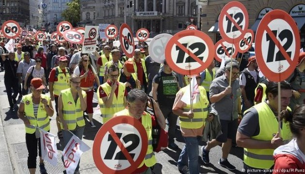 В Австрии десятки тысяч людей протестовали против 12-часового рабочего дня