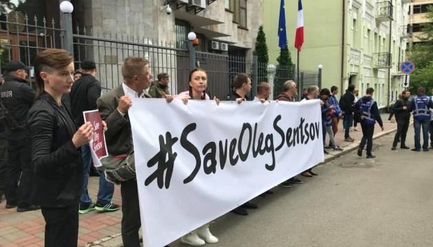 В посольства Франции и ФРГ передали обращения о помиловании Сенцова