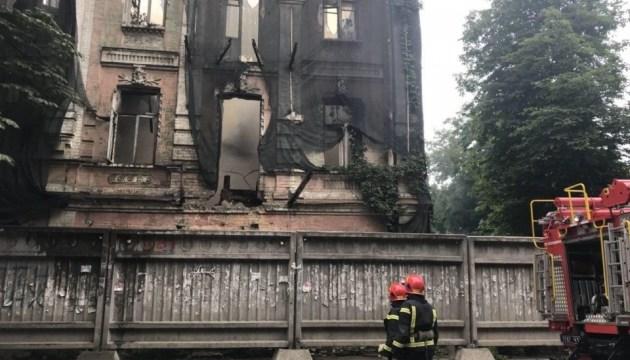 На столичном Подоле горит трехэтажное здание