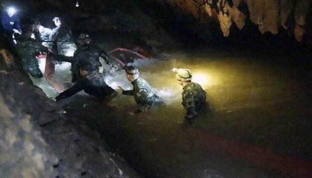 Застрявших в пещере в Таиланде детей учат нырять