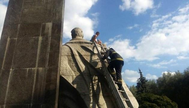 Полтавські рятувальники зняли дитину з шестиметрового пам'ятника