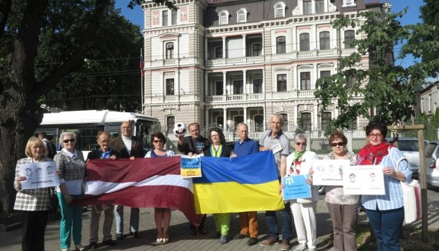 Пикет посольства РФ: в Риге написали письма украинским политзаключенным