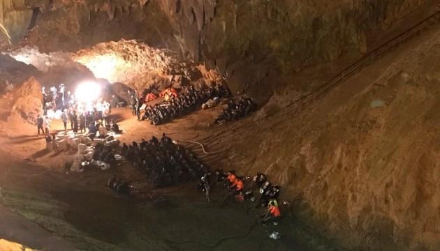 """У Таїланді евакуюють дітей із затопленої печери: діють дайвери та """"морські котики"""""""