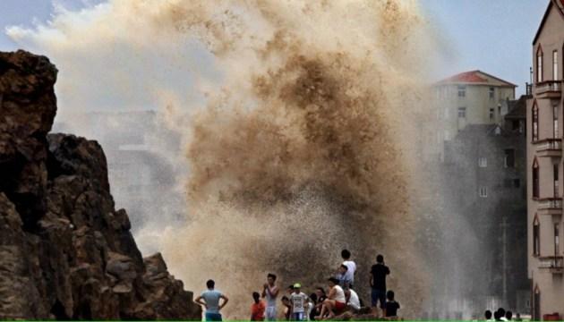 """У Китаї через тайфун """"Марія"""" оголосили червоний рівень небезпеки"""