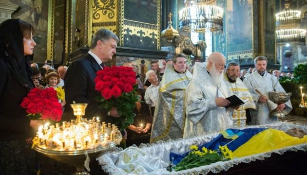 Порошенко у Володимирському соборі попрощався з Левком Лук'яненком